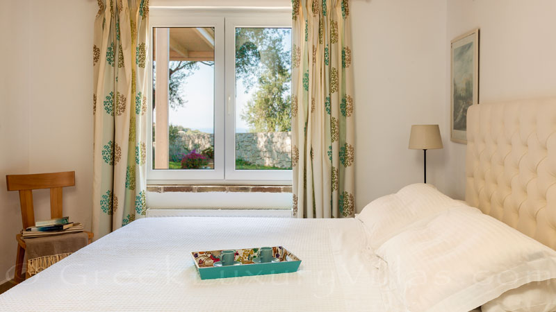 The bedroom of the groundfloor of the luxurious villa in Corfu