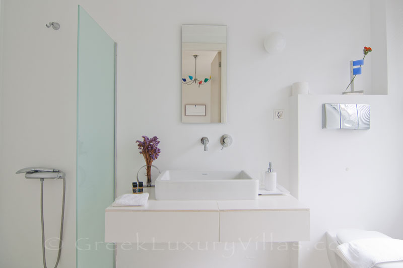 A bathroom in a beachfront villa in Maleme, Crete