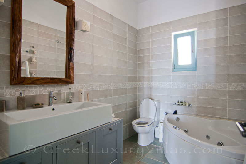 Bathroom of luxury villa with pool in Koufonisi