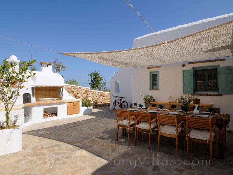 Bbq and dining area of luxury villa with pool in Koufonisi