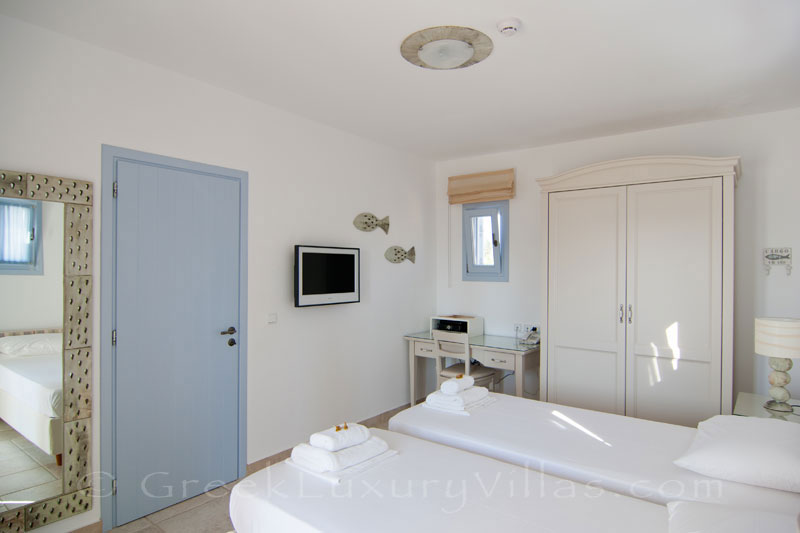 Twin room of luxury villa with pool in Koufonisi