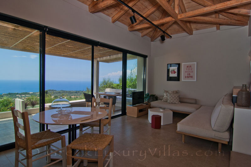 Villa for two with open plan lounge and seaview