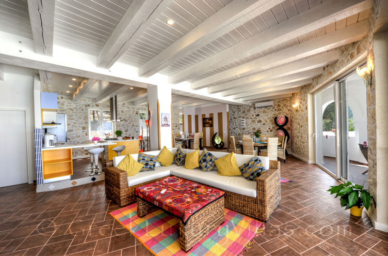 The living-room in the cheerfully decorated villa with a pool and seaview in Paxos