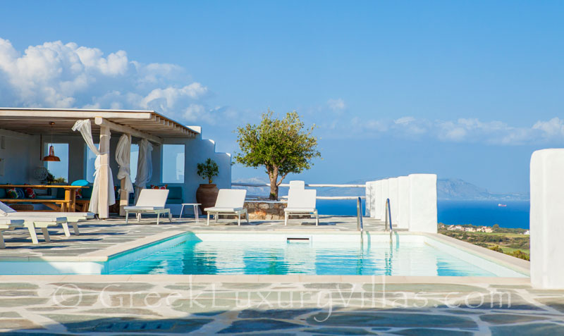 A luxury villa with a pool in Rhodos