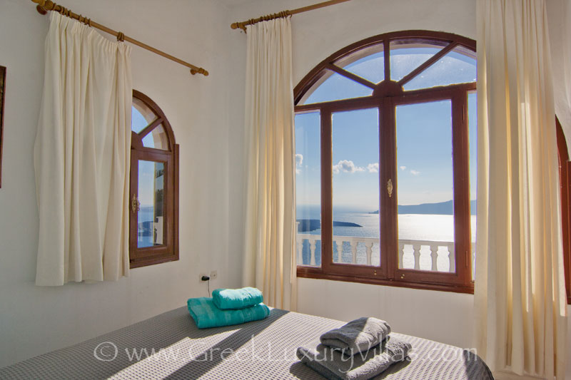 A large villa in Santorini with sea view from the bed