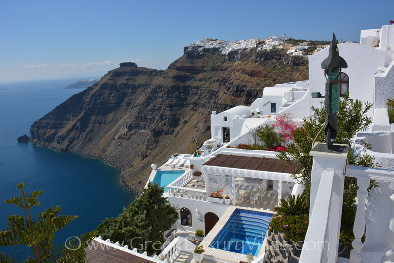 An ideal villa for groups in Santorini with a pool on the cliff