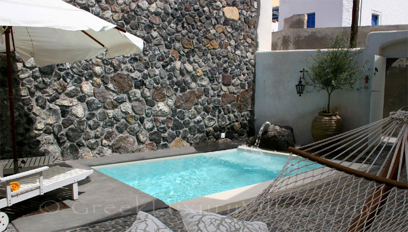 A stone house villa for two people with a pool in Santorini