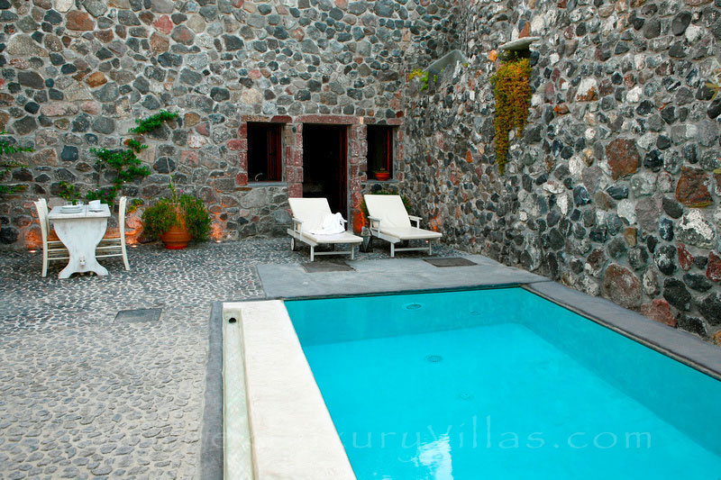 A stone house villa for two with a pool with privacy in Santorini