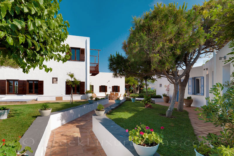 Garden of beachfront villa in Skyros