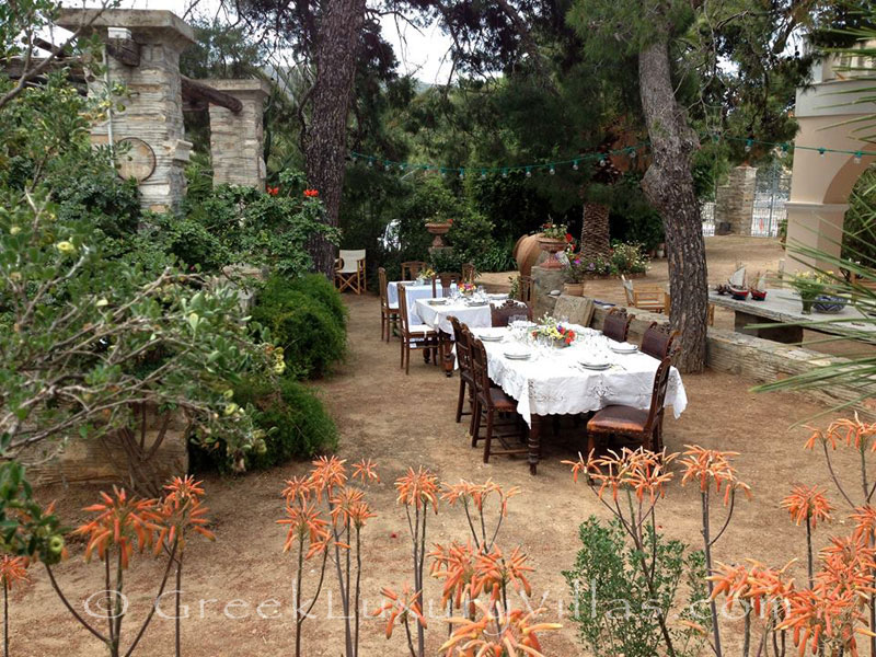Dining at the garden of villa for large groups in Syros