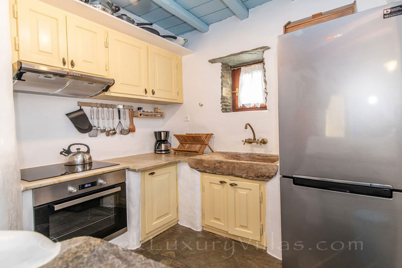 traditional villa for four on Tinos kitchen